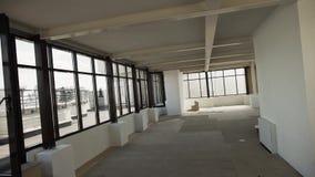 Grote lege zaal met grote zwarte ontworpen vensters en wit muren en plafond stock video