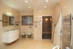 Grote lichte badkamers Stock Afbeelding
