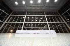 Grote lijst die met wit tafelkleed in hal wordt behandeld Royalty-vrije Stock Afbeeldingen