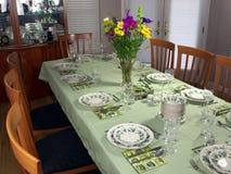 Grote lijst die voor buitensporig diner wordt geplaatst Stock Afbeeldingen