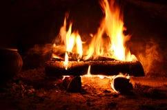 grote logboekenbrandwond in de oven stock fotografie