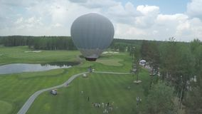 Grote luchtballon in witte kleur met mand Antenne op de grote ballon stock footage