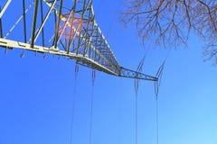 Grote machtspyloon die elektriciteit op een plattelandsgebied vervoeren royalty-vrije stock afbeeldingen