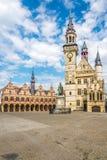 Grote markt met Stadsklokketoren van Aalst in België stock foto