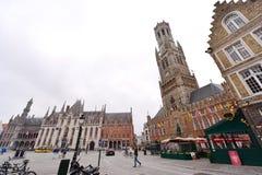 Grote Markt (plaza del mercado) y campanario famoso de Brujas Imagen de archivo