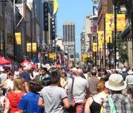 Grote menigte op een stadsstraat. stock foto's