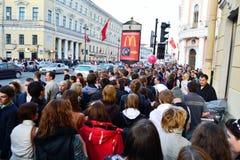 Grote menigte van mensen op Vooruitzicht Nevsky Royalty-vrije Stock Afbeeldingen