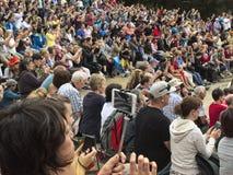 Grote menigte van toeristen overzee stock foto