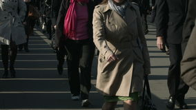 Grote menigte van voetgangersgang over Brug 54 van Londen stock videobeelden