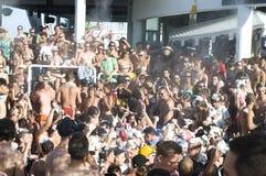Grote menigte van zwemmers, hete de zomerdag op Zrce-strand Stock Foto's