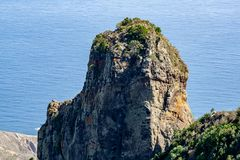 Grote mening aan een grote rots stock afbeelding