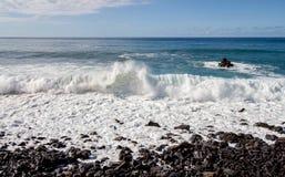 Grote mening met verpletterde golven door het overzees royalty-vrije stock afbeeldingen