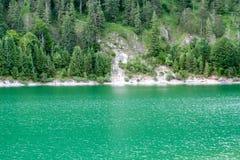Grote mening over het meer aan de kust royalty-vrije stock foto