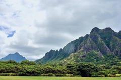 Grote mening van de bergen van Regionaal het Strandpark van Kualoa ahu bij van O ', Hawaï, de V.S. stock foto's