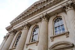 Grote mening van de ingang aan één van de oude universiteiten in Cambridge, het Verenigd Koninkrijk royalty-vrije stock fotografie