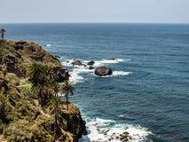Grote mening van de kust met rotsen in het overzees royalty-vrije stock foto's