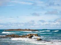 Grote mening van het overzees, een klein eiland en een boot op een mooie winderige dag bij Condado-strand, San Juan, Puerto Rico royalty-vrije stock foto