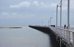 Grote meningen van Hervey Bay van de houten Urangan-pijler stock foto's