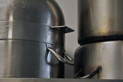 Grote metaalpotten op een plankenbovenkant - neer stock afbeelding