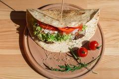 Grote Mexicaanse taco met vleesschnitzel met kaas en groenten stock foto