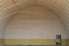 Grote militaire hangaar Verlaten lege ruimte stock afbeelding