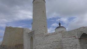 Grote Minaret bij de archeologische plaats van Bolgar, Kazan, Rusland stock video
