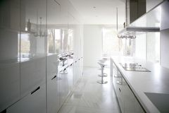 Grote moderne eigentijdse witte keuken Stock Afbeeldingen