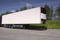 Grote moderne gekoelde vrachtwagenaanhangwagen stock afbeeldingen