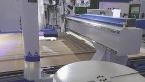 Grote moderne houtbewerkingsmachine CNC werktuigmachine op het werk bij de tentoonstelling stock videobeelden
