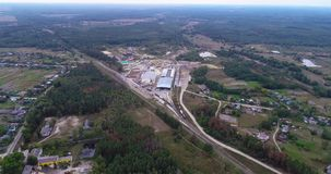 Grote moderne zaagmolen dichtbij het bos, satellietbeeld Pakhuishout Het moderne satellietbeeld van de houtbewerkingsfabriek stock video