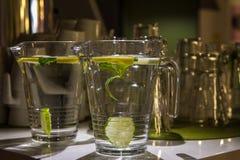 Grote mokken zoet water met citroen Royalty-vrije Stock Afbeeldingen