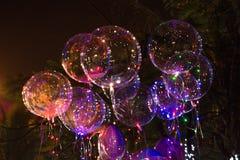 Grote mooie gelballons, geschilderde lichten en gloeilampen bij nacht royalty-vrije stock foto