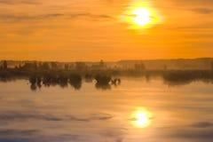 Grote mooie romantische zonsopgang in aard Stock Afbeelding