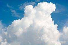 Grote mooie wolk in de blauwe duidelijke hemel in concept van de de zomer het zonnige dag Royalty-vrije Stock Foto's