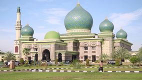 Grote Moskee een-Nur in Pekanbaru, Indonesië, schuine stand omhoog stock footage