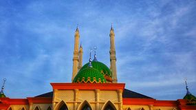 Grote moskee met groene koepel stock fotografie