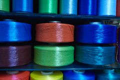 Grote multi gekleurde rollen met synthetische verpakkende streng Achtergrond royalty-vrije stock afbeeldingen