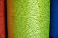 Grote multi gekleurde rollen met synthetische verpakkende streng Achtergrond royalty-vrije stock afbeelding