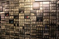 Grote muur met tentoongesteld voorwerp die uitroeiing van Joden behandelen, de Holocaust Herdenkingsmuseum van Verenigde Staten,  stock afbeelding