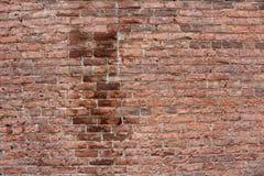 Grote muur rode en bruine bakstenen met tekens van reparatie en helemaal het herstellen royalty-vrije stock afbeeldingen