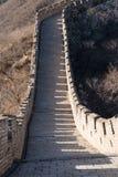 Grote Muur van China - de Dag de Winter bruint, kijkend onderaan de Rechte sectiemuur Royalty-vrije Stock Fotografie