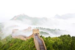 Grote muur van China in mist stock afbeeldingen