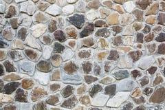 Grote muur van natuurstenen van verschillende grootte en gekleurde grijze textuur op een de zomerdag Stock Afbeelding