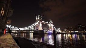 Grote nacht die van de de Torenbrug van Londen wordt geschoten van Butlerswerf stock videobeelden