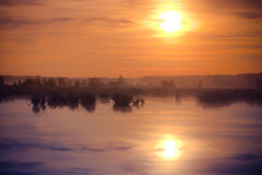 Grote nevelige zonsondergang over moeras Stock Foto