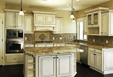 Grote nieuwe moderne witte keuken royalty-vrije stock foto