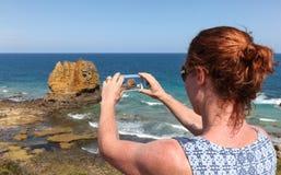 Grote Oceaanwegtoerist die Telefoonfoto nemen stock foto
