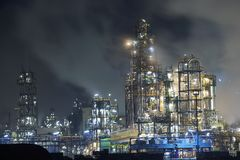 Grote olieraffinaderij Stock Afbeeldingen