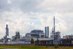 Grote olieraffinaderij royalty-vrije stock afbeelding