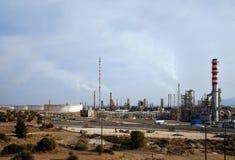 Grote olieraffinaderij bij schemer Stock Afbeelding